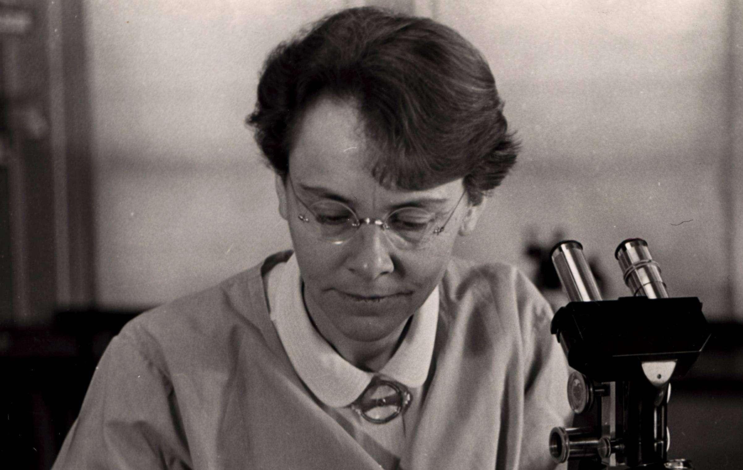 Барбара Мак-Клинток — Нобелевская премия по физиологии и медицине.