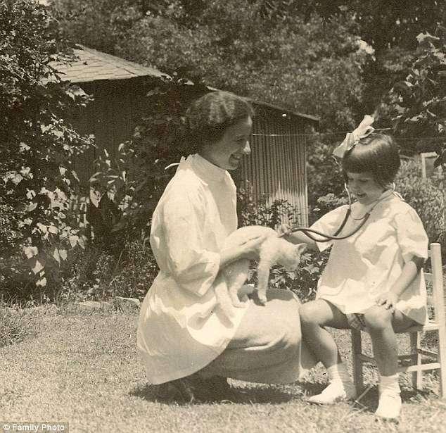 Лейла Денмарк — старейший практикующий педиатр в мире